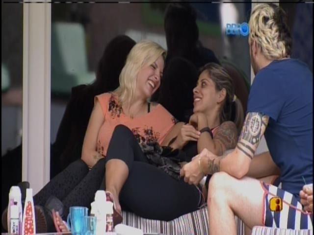 3.mar.2014 - Clara, Vanessa, Cássio e Diego conversam na varanda