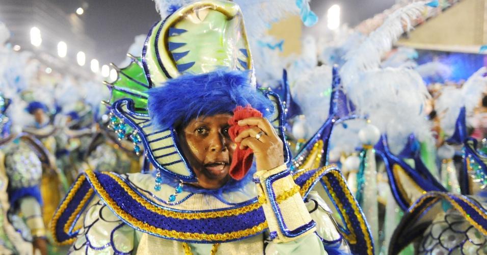 3.mar.2014 - Componente da Salgueiro canta o enredo com felicidade no Carnaval do Rio de Janeiro