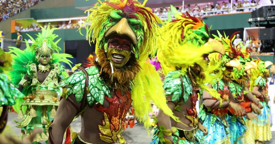 3.mar.2014 - Componente da Salgueiro samba o enredo com alegria no Carnaval do Rio de Janeiro