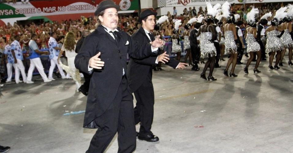 3.mar.2014 - Edson Celulari e o filho, Enzo, desfilam juntos na Beija-Flor, que homenageou Boni. Enzo é fruto do casamento do ator com Claudia Raia