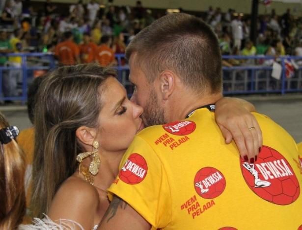 3.mar.2014 - Em camarote, Fernanda Lima e Rodrigo Hilbert curtem juntos o segundo dia de desfiles no Rio de Janeiro