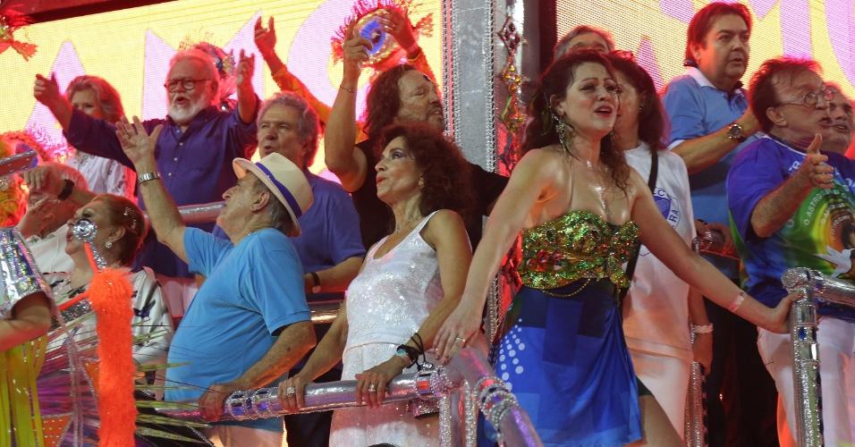 3.mar.2014 - Famosos reunidos para homenagear Boni junto da Beija-Flor no último carro da escola, que fechou o primeiro dia do Carnaval carioca