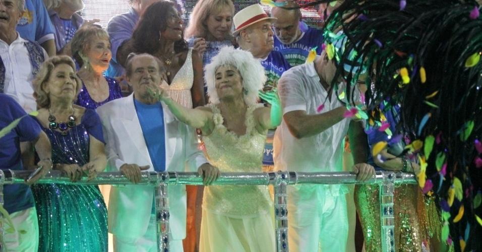 3.mar.2014 - Famosos se reúnem para homenagear Boni junto da Beija-Flor no último carro da escola, que fechou o primeiro dia do Carnaval carioca. Entre eles, estavam Eva Wilma, Regina Duarte e Renato Aragão