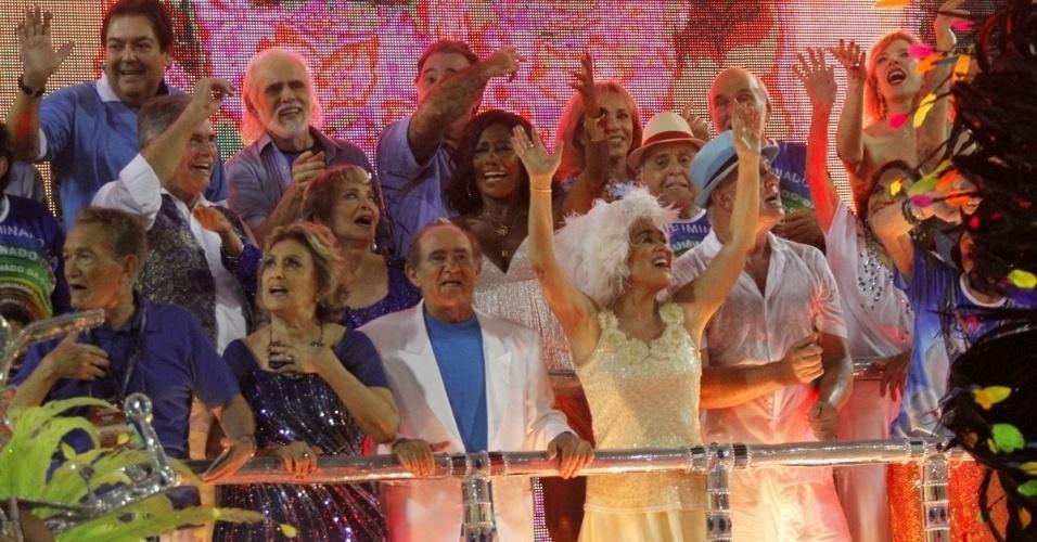 3.mar.2014 - Famosos se reúnem para homenagear Boni junto da Beija-Flor no último carro da escola, que fechou o primeiro dia do Carnaval carioca. Entre eles, estavam Fausto Silva, Francisco Cuoco, Tarcísio Meira, Eva Wilma, Regina Duarte e Renato Aragão