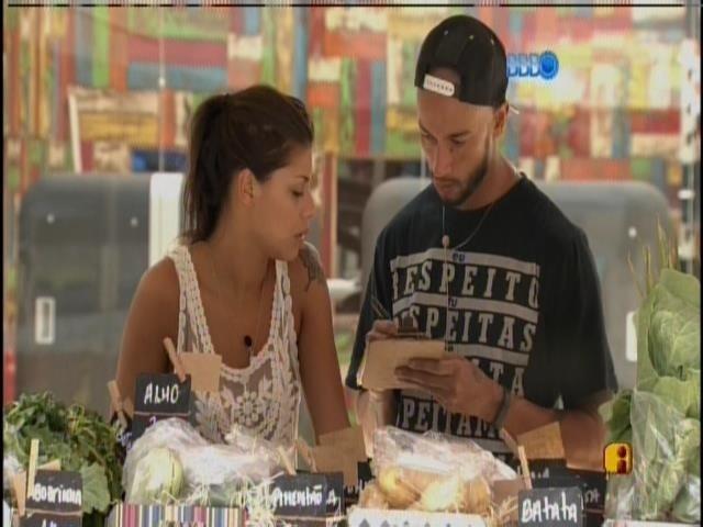 3.mar.2014 - Franciele e Valter fazem as compras do grupo laranja, na xepa