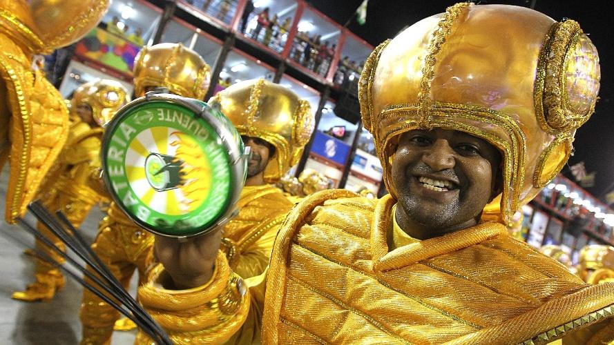 3.mar.2014 - Integrante da bateria da Mocidade Independente de Padre Miguel toca tamborim