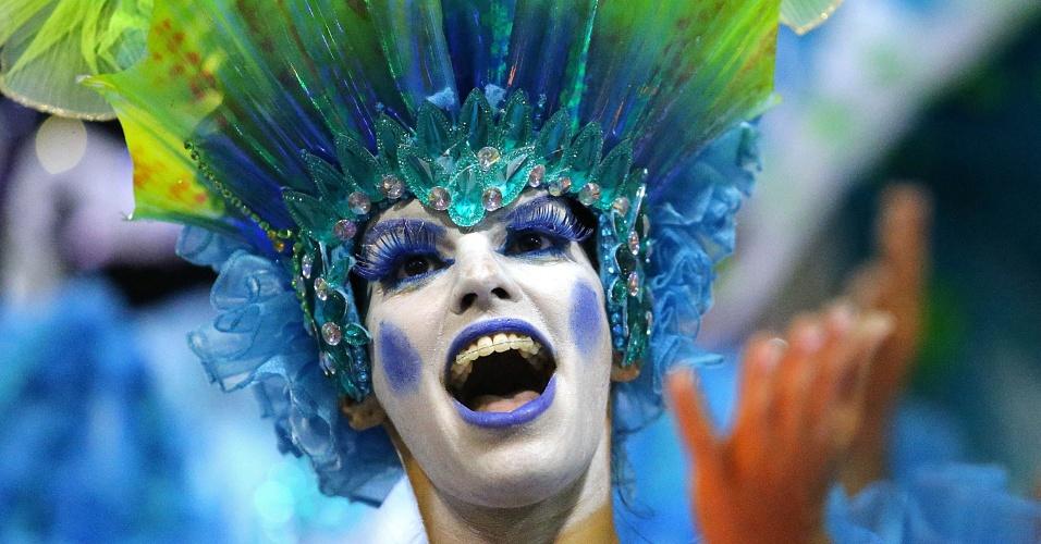 3.mar.2014 - Integrante da Mocidade Independente de Padre Miguel caprichou na maquiagem para desfilar na Sapucaí