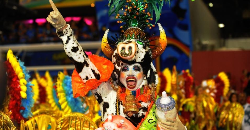 3.mar.2014 - Integrante da Mocidade Independente de Padre Miguel usa fantasia inspirada em vaca e carrega mamadeira