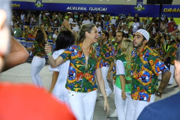 3.mar.2014 - Luana Piovani samba com o marido, Pedro Scooby, na Sapucaí; com um problema no joelho, ela não pôde ser destaque de carro