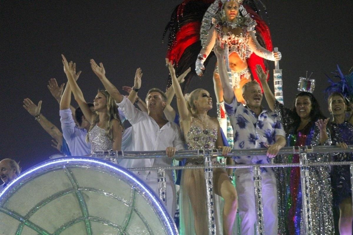 3.mar.2014 - Luciano Huck, Angélica, Miguel Falabella, Regina Casé e Maitê Proença desfilam em carro da Beija-Flor, que homenageou Boni em seu desfile