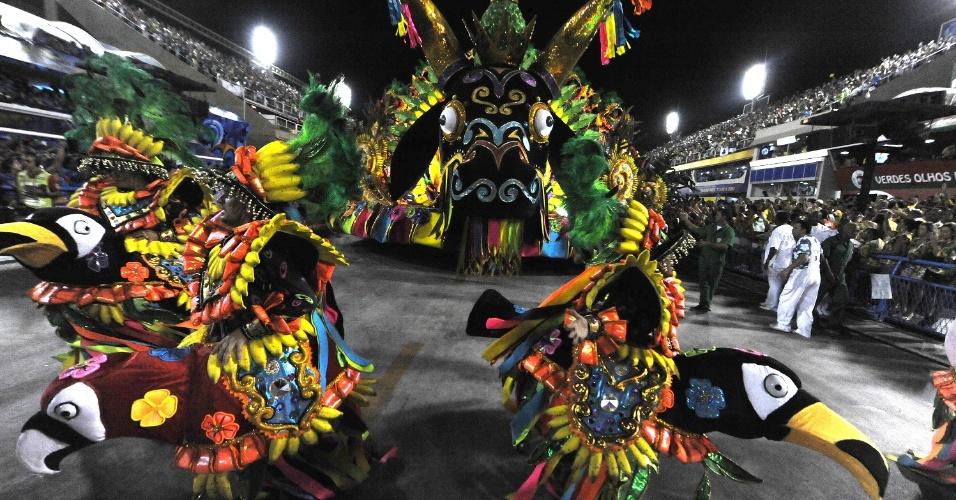 3.mar.2014 - Mocidade Independente de Padre Miguel foi a primeira escola a entrar na avenida no segundo dia do Carnaval carioca