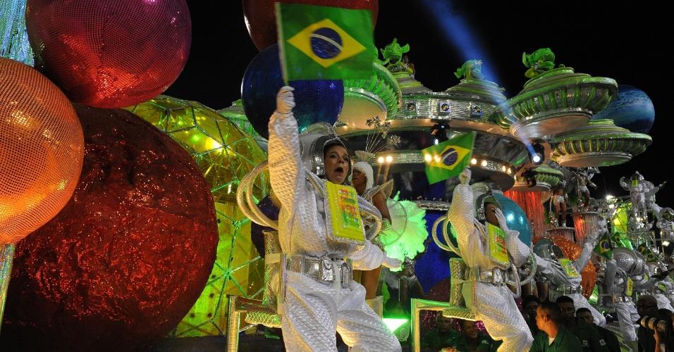3.mar.2014 - Mocidade Independente de Padre Miguel tem carro com fantasias inspiradas em astronautas