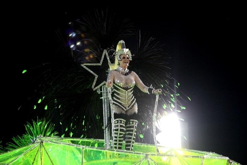 3.mar.2014 - Monique Evans usa decote transparente durante desfile da Mocidade Independente de Padre Miguel