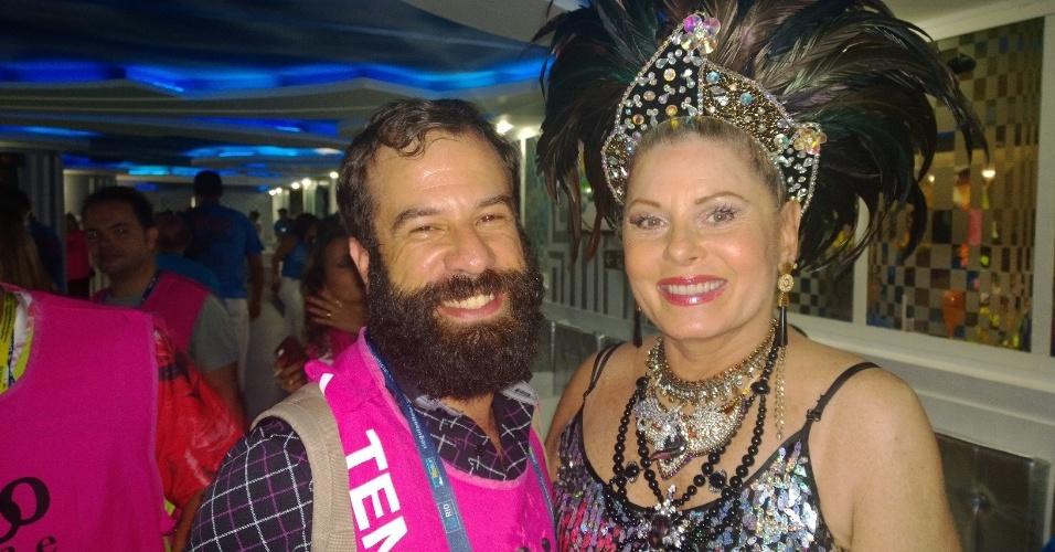 3.mar.2014 - O repórter do UOL James Cimino com a atriz Vera Fischer