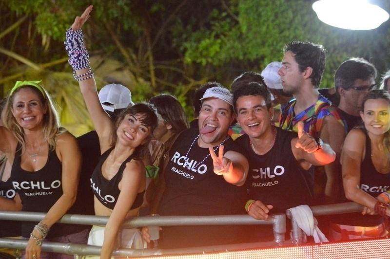 3.mar.2014 - Os atores Maria Casadevall e Tiago Abravanel curtem o Carnaval de Salvador