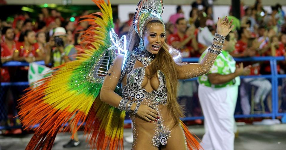 3.mar.2014 - Passista da Mocidade Independente de Padre Miguel dança na avenida