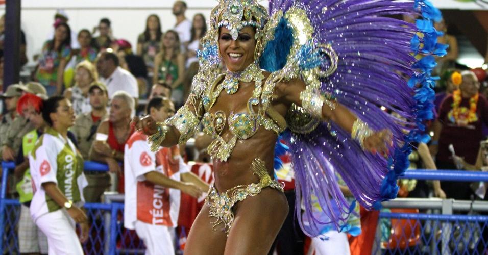 3.mar.2014 - Passista da Salgueiro samba o enredo com graciosidade no Carnaval do Rio de Janeiro