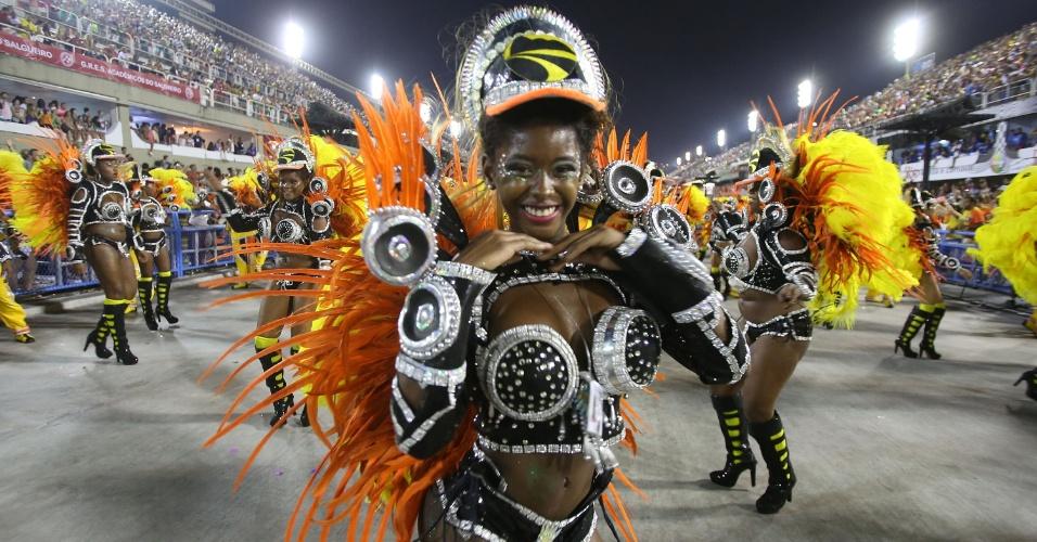 3.mar.2014 - Passista da São Clemente samba na Sapucaí e faz pose para fotógrafo