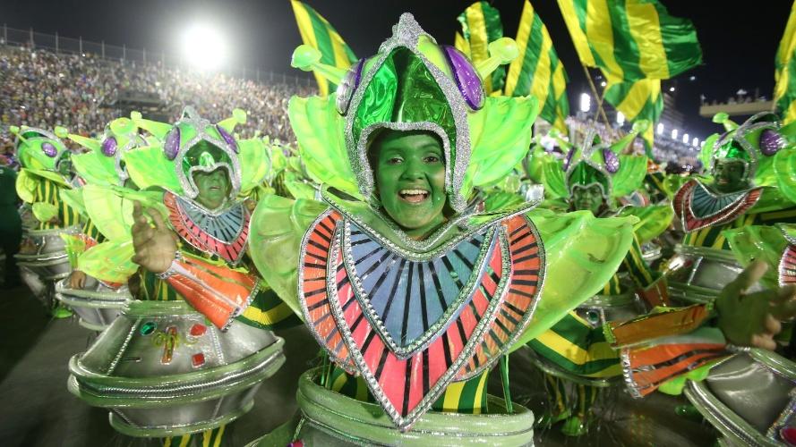 3.mar.2014 - Passistas da Mocidade Independente de Padre Miguel se pintaram de verde para desfile