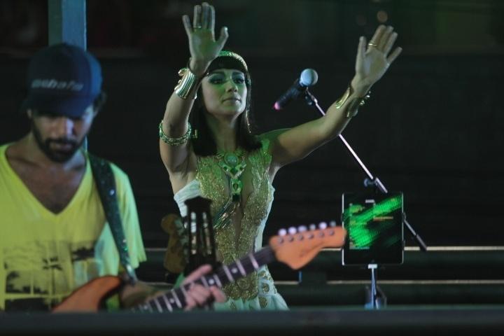 3.mar.2014 - Paula Fernandes dança vestida de Cleópatra em cima de trio do Asa de Águia, no Circuito Dodô (Barra)