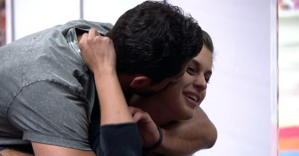 3.mar.2014 - Pela manhã, Angela recebe o carinho de Marcelo