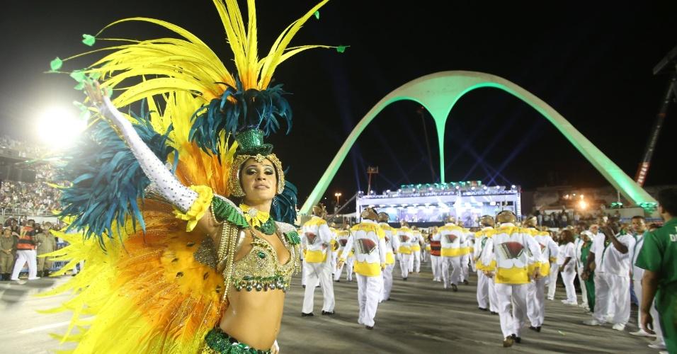 3.mar.2014 - Primeira escola do segundo dia do Carnaval carioca, Mocidade Independente de Padre Miguel desfila na Sapucaí
