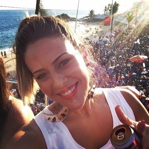 """3.mar.2014 - Princy, quarta eliminada do """"BBB14"""", curte folia de Carnaval em Salvador, na Bahia. """"Trio J&M arrochaaaa!!!"""", falou a goiana na legenda da imagem"""