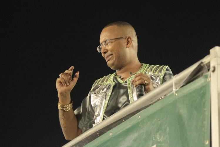 3.mar.2014 - Puxador da Mocidade Independente de Padre Miguel, Dudu Nobre se emociona durante o desfile da escola