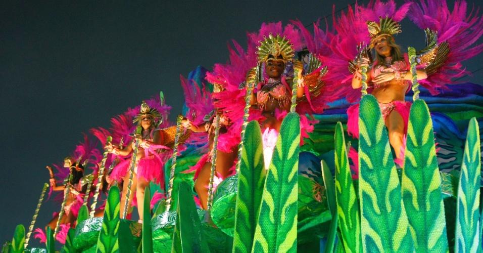 3.mar.2014 - Quarta escola a entrar na Sapucaí, a Mangueira apresenta o enredo