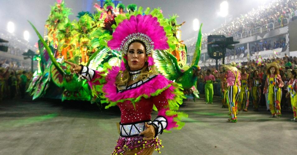3.mar.2014 - A cantora Rosemary desfila pela Mangueira na Sapucaí