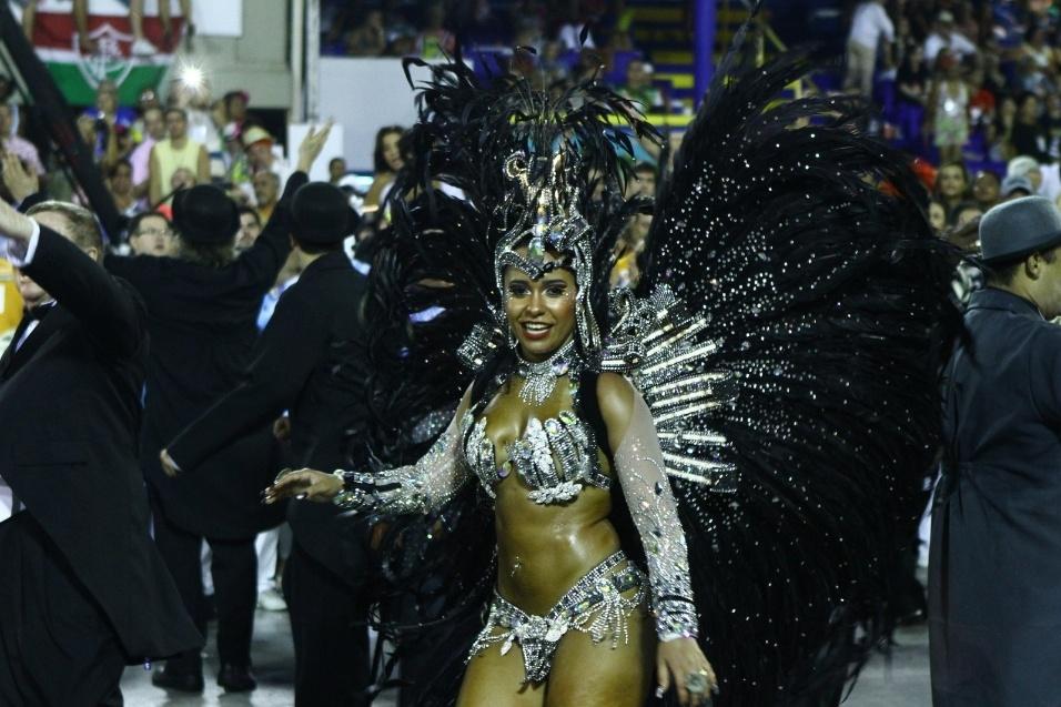 3.mar.2014 - Rainha de bateria da Beija-Flor, Raissa Oliveira samba durante desfile da escola