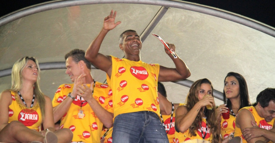 3.mar.2014 - Romário se diverte com o samba do Salgueiro