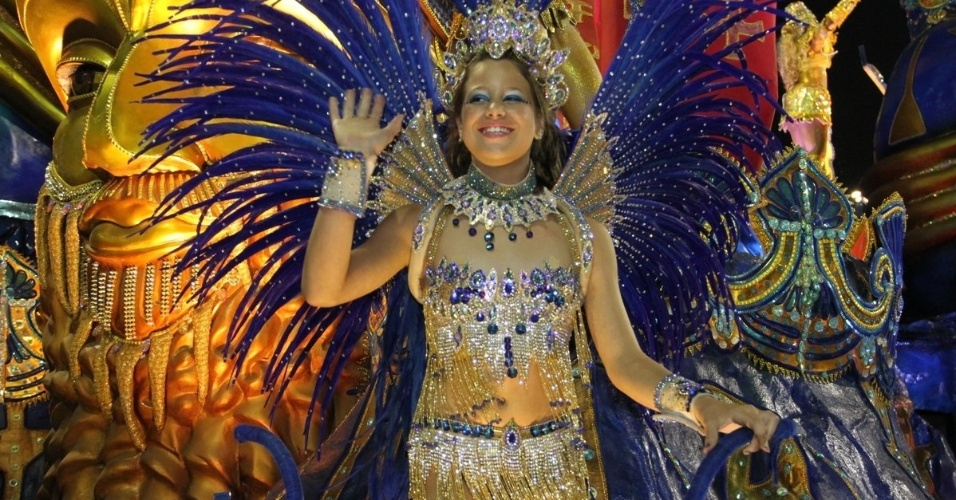 3.mar.2014 - Sophya Celulari, filha de Edson Celulari e Cláudia Raia, desfila pela Beija-Flor