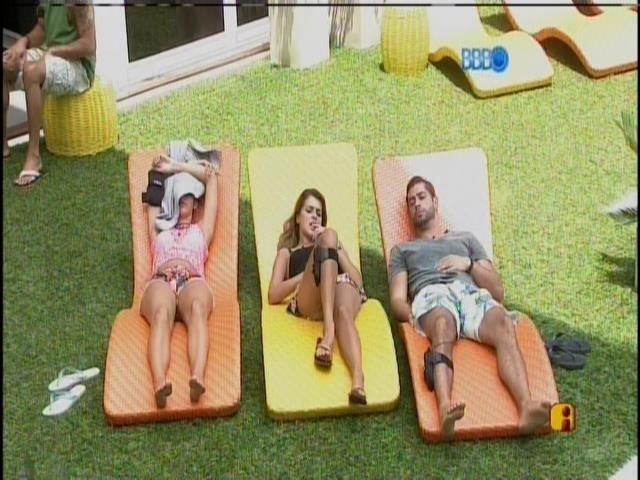 3.mar.2014 - Tatiele, Marcelo e Angela deitam nas espreguiçadeiras