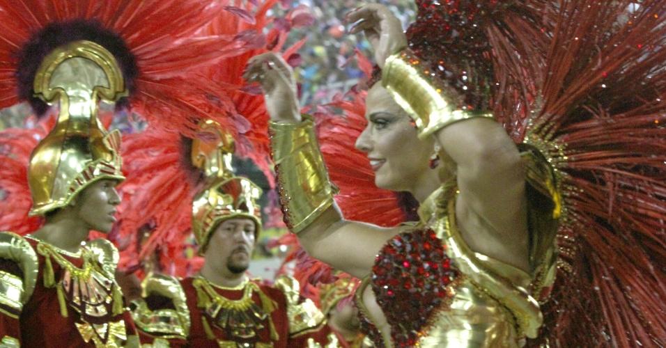 3.mar.2014 - Viviane Araújo, rainha da bateria da Salgueiro em frente aos seus súditos, os ritmistas do Mestre Marcão