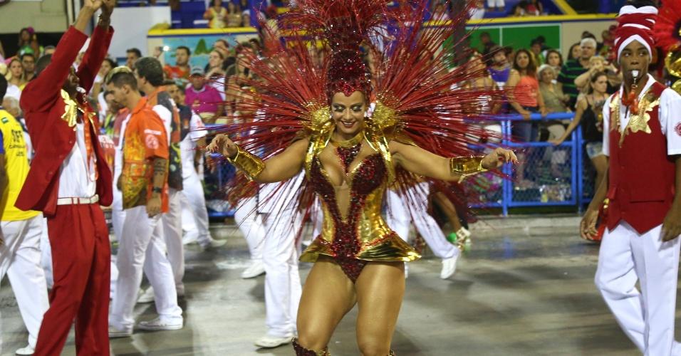 3.mar.2014 - Viviane Araújo, rainha da bateria da Salgueiro, samba na Sapucaí