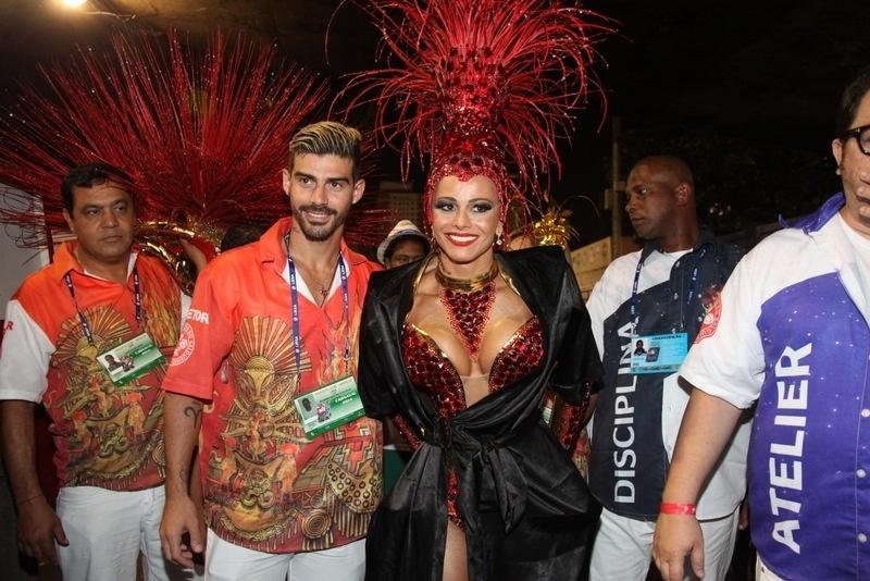 3.mar.2014 - Viviane Araújo, rainha da bateria da Salgueiro, se prepara para entrar na Sapucaí
