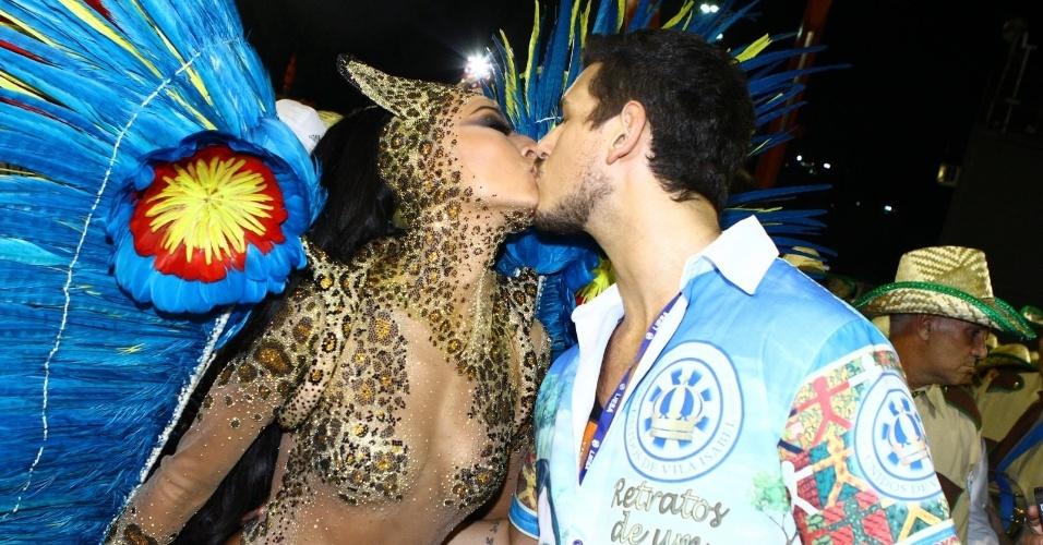 4.mar2014 - Sabrina Sato, rainha da bateria da Vila Isabel, beija seu namorado, o ator João Vicente na concentração para o desfile da escola na Sapucaí