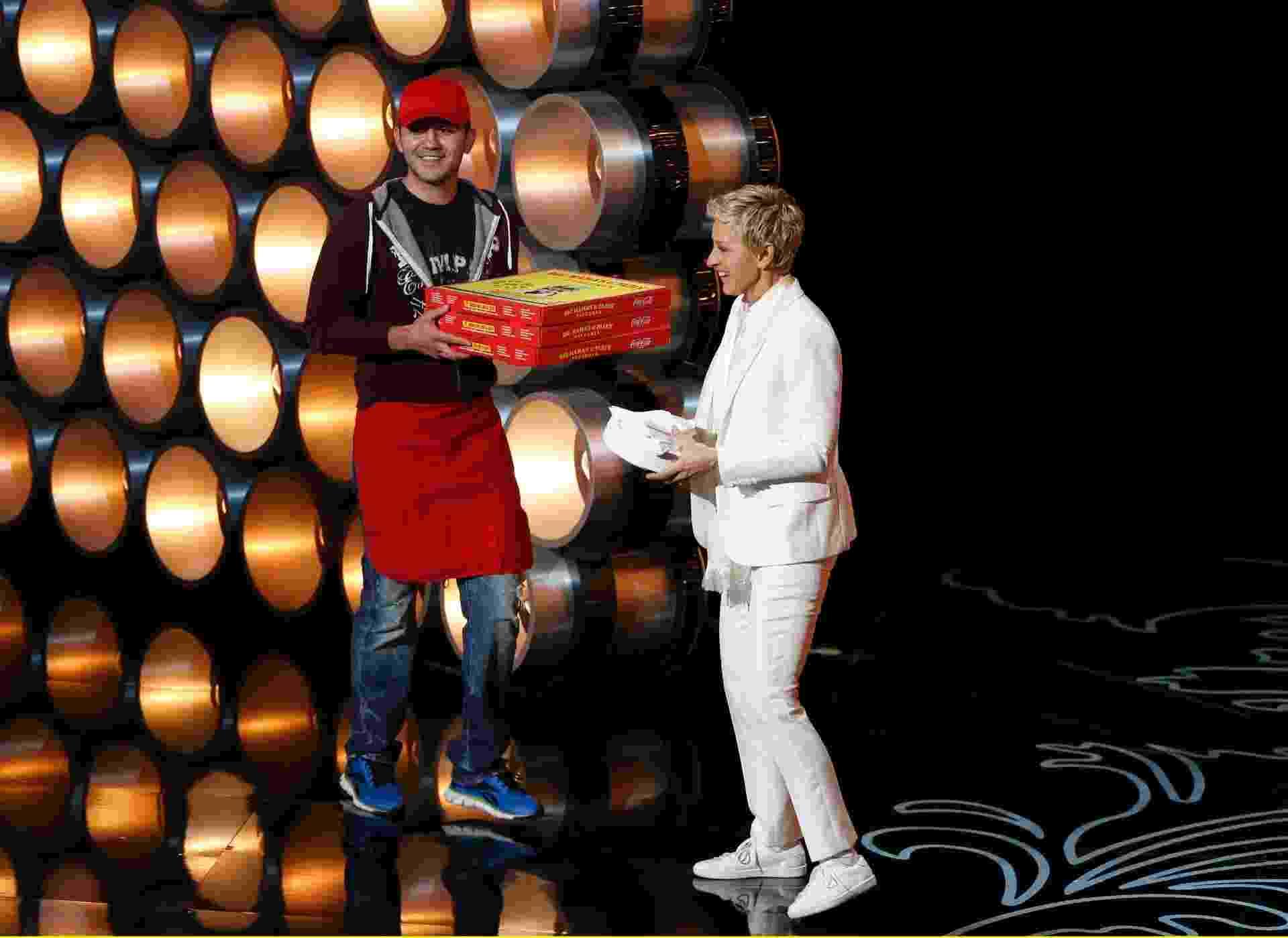 Apresentadora Ellen DeGeneres recebe pizzas durante Oscar 2014 - Lucy Nicholson/Reuters