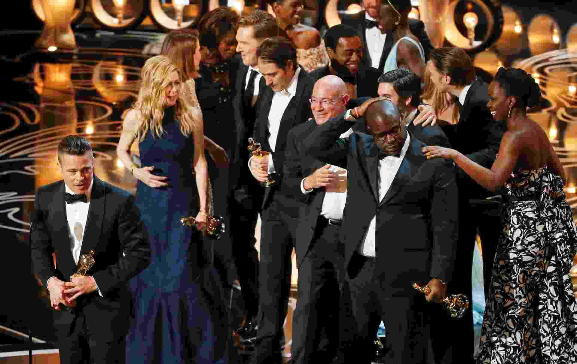 """Brad Pitt e equipe recebem Oscar de Melhor Filme por """"12 Anos de Escravidão"""" - Lucy Nicholson/Reuters"""