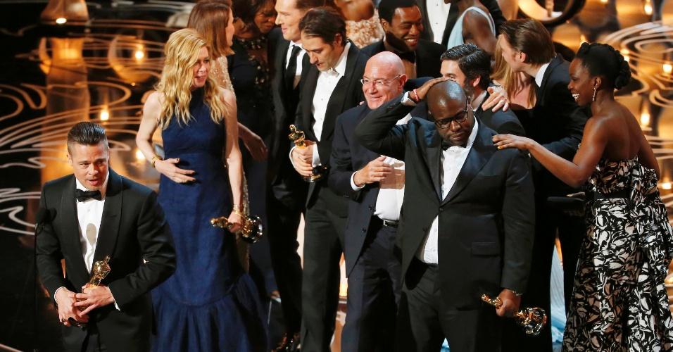 """Brad Pitt e equipe recebem Oscar de Melhor Filme por """"12 Anos de Escravidão"""""""