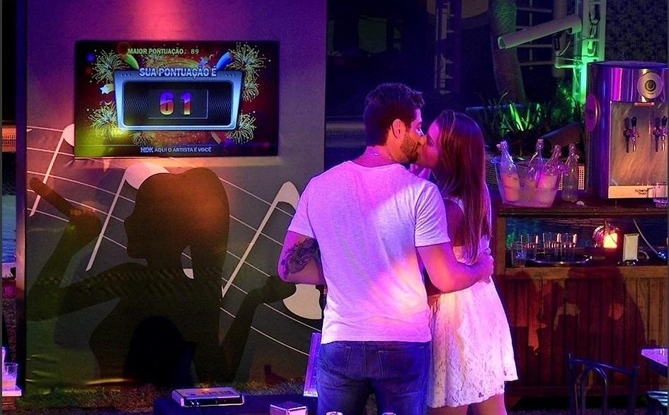 2.mar.2014 - Marcelo e Angela se beijam depois de cantarem juntos no karaokê