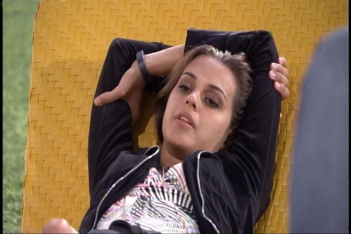 4.mar.2014 - Angela critica músicas do funkeiro Mr. Catra e Globo corta áudio da sister