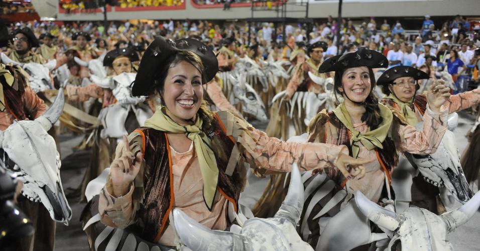 4.mar-2014 - Ala dança feliz na Sapucaí. Vila Isabel levou mais de 3 mil integrantes para cantar o enredo