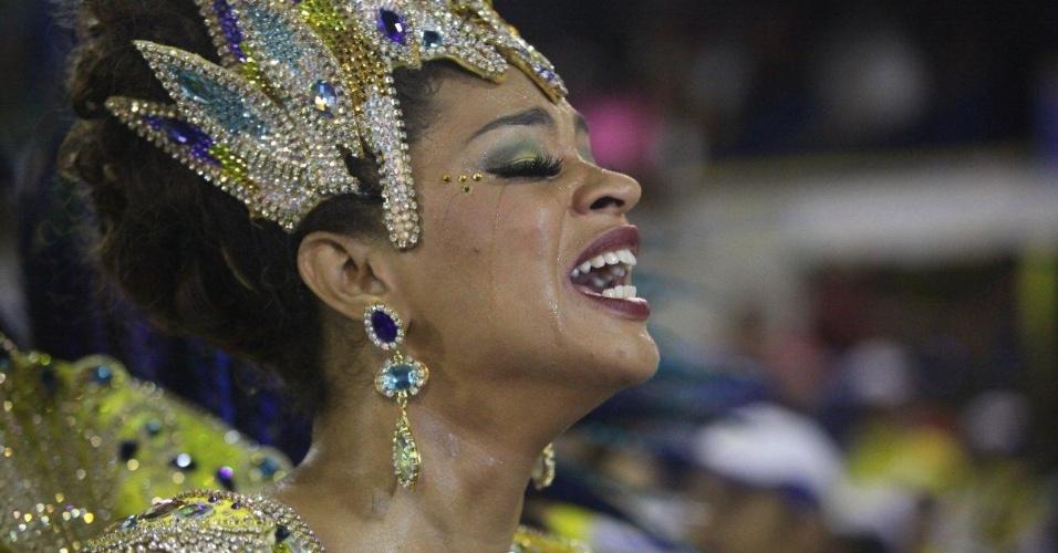 4.mar.2014 - A rainha de bateria da Unidos da Tijuca Juliana Alves se emociona e chora durante o desfile