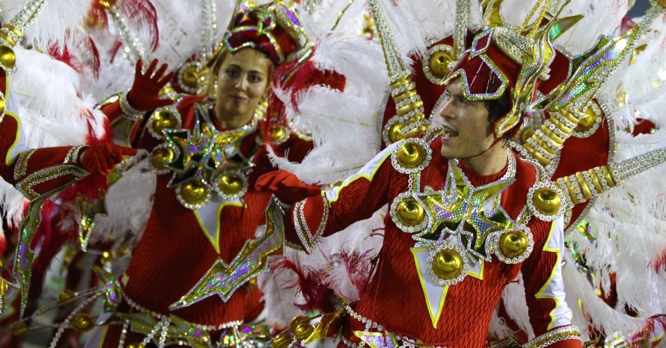"""4.mar.2014 - A Unidos da Tijuca fecha os desfiles na Marquês de Sapucaí com o enredo """"Acelera, Tijuca!"""", um tributo aos 20 anos da morte de Senna no acidente do Grande Prêmio de San Marino, na Itália"""