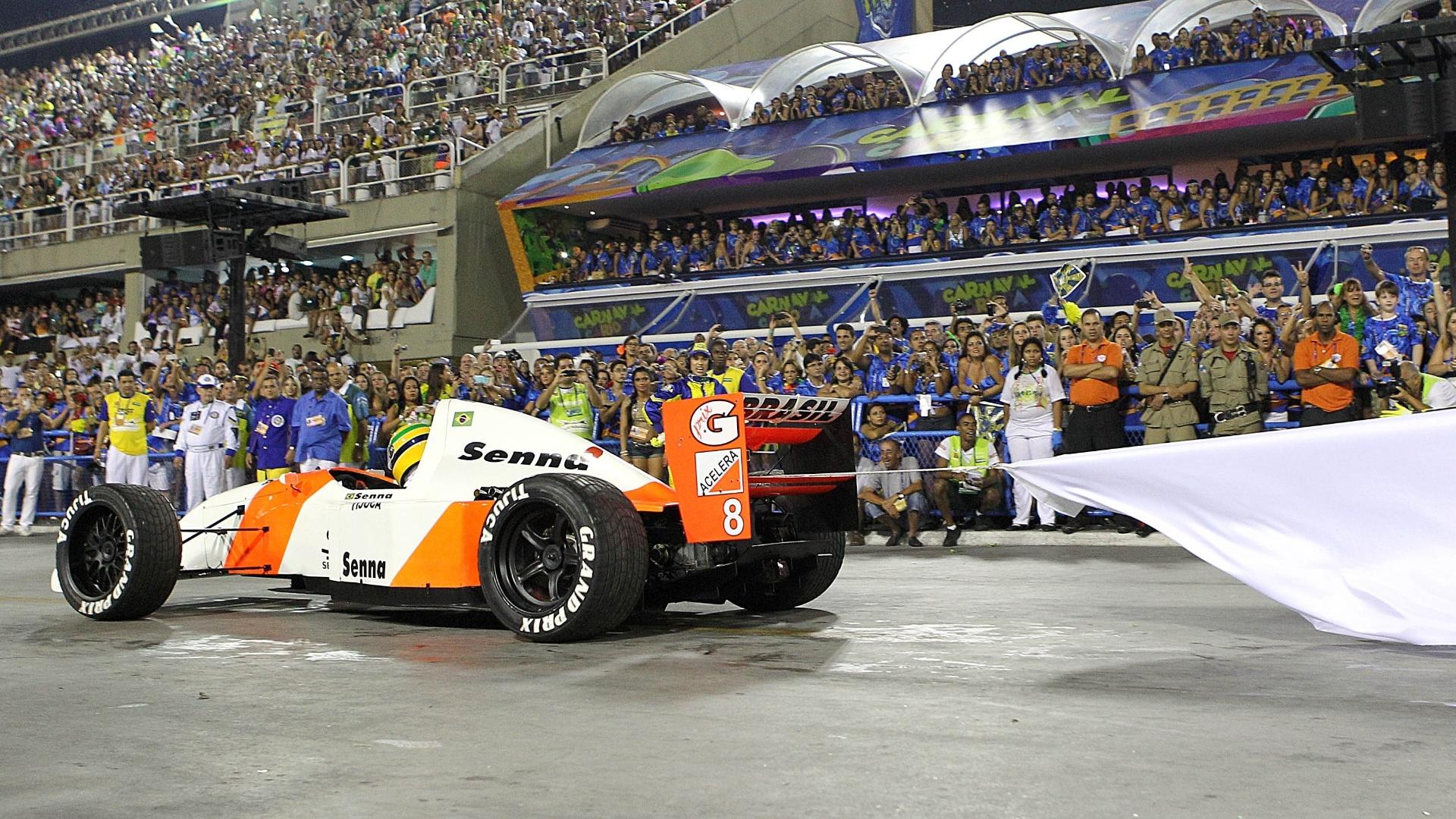 4.mar.2014 - Carro de Fórmula 3 usado na comissão de frente da Unidos da Tijuca