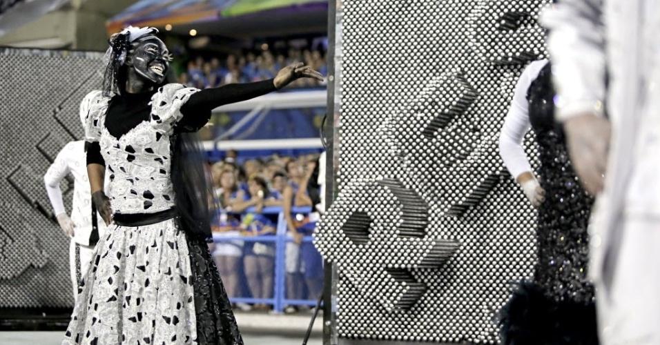 4.mar.2014 - Comissão de frente imita Xilogravura, arte do sertão do nordeste, e conta com a coreografia de Alex Neoral