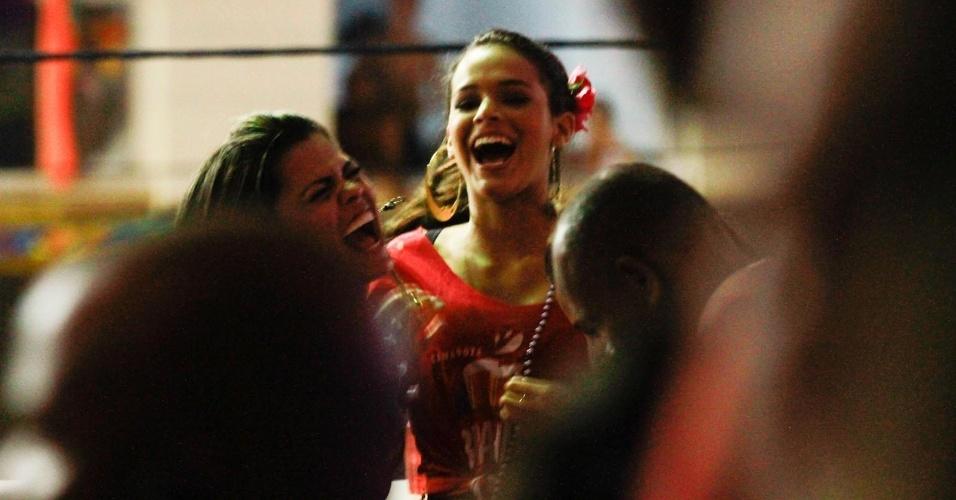 4.mar.2014 - Depois quase mostrar demais, Bruna Marquezine ri com as amigas