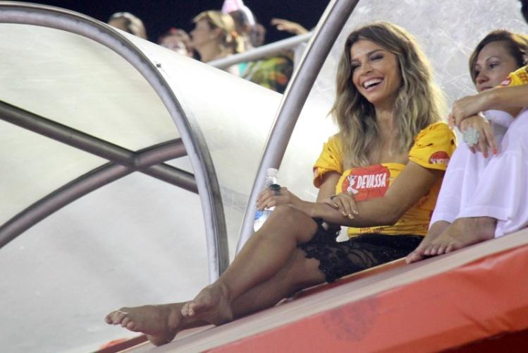 4.mar.2014 - Descalça, Grazi Massafera assiste ao desfile da Portela, de camarote na Sapucaí